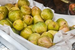 Fin vers le haut Fruit de figues Fruits juteux mûrs jaunes vendus dans une boîte photo stock