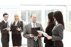Fin vers le haut groupe de gens d'affaires se tenant dans le lobby du bureau Image stock