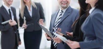Fin vers le haut groupe de sourire d'hommes d'affaires avant des r?unions d'affaires photos stock