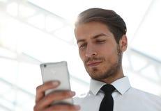 Fin vers le haut homme d'affaires lisant SMS sur le smartphone photographie stock libre de droits