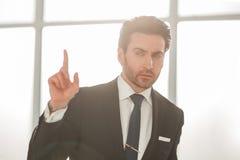 Fin vers le haut homme d'affaires sérieux montrant le geste de l'attention photos stock