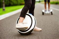 Fin vers le haut Jambes femelles sur un monocycle Elle démontre comment elle patine là-dessus Photo libre de droits