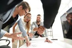 Fin vers le haut l'entrepreneur et l'architecte se serrant la main les uns avec les autres image stock