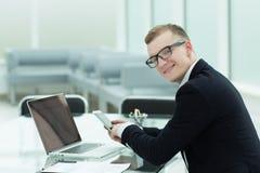 Fin vers le haut l'homme d'affaires utilise des instruments pour analyser les diagrammes financiers photos libres de droits