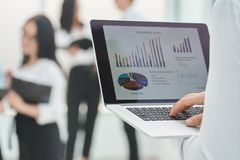 Fin vers le haut l'homme d'affaires utilise un ordinateur portable pour analyser des données financières photos stock