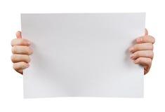 Fin vers le haut Mains humaines tenant le carton publicitaire vierge O Images stock