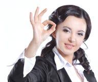 Fin vers le haut OK de sourire de geste d'apparence de femme d'affaires D'isolement sur le blanc image stock