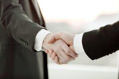 Fin vers le haut poignée de main des gens d'affaires à l'arrière-plan brouillé Image libre de droits