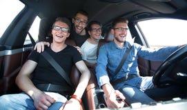 Fin vers le haut un groupe d'amis voyageant dans une voiture Images libres de droits