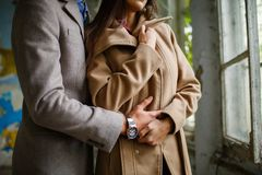 Fin vers le haut Un type et une fille embrassent et tiennent des mains inside Image libre de droits