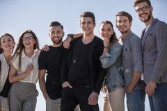 Fin vers le haut une équipe des jeunes modernes Photographie stock libre de droits