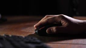Fin vers le haut Une main masculine conduit une souris d'ordinateur au-dessus de la table 4K MOIS lent banque de vidéos