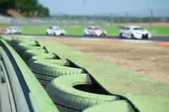 Fin verte de barrière de pneu sur le circuit de sport automobile photographie stock libre de droits