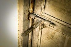 Fin : vieille charnière de porte rouillée en métal grunge, photographie stock libre de droits