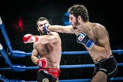 Finału MMA wojowników kopnięcia batalistyczna ręka przewodzić bryzgać wodę i pot Zdjęcia Stock