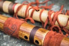Fina träflöjter som dekoreras med satt fransar på läder Japan två arkivfoto