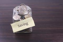 Finacial-Konzept Geld im Glas auf Holztisch mit Kopienraumbereich Lizenzfreies Stockbild