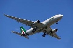 Finair Airbus A330, der für die Landung an internationalem Flughafen JFK in New York absteigt Lizenzfreies Stockbild