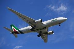 Finair flygbuss A330 som stiger ned för att landa på den internationella flygplatsen för JFK i New York Royaltyfria Foton