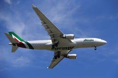Finair flygbuss A330 som stiger ned för att landa på den internationella flygplatsen för JFK i New York Arkivfoto