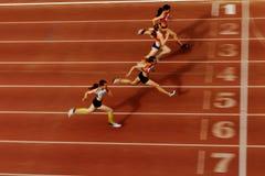 final borroso del movimiento de los corredores del atleta de la raza fotos de archivo