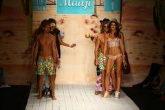 Final da pista de decolagem da caminhada dos modelos durante o desfile de moda do roupa de banho de Maaji Imagem de Stock