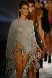 Final da pista de decolagem da caminhada dos modelos no fato da nadada do desenhista durante o desfile de moda do roupa de banho  Imagens de Stock