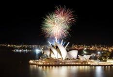 Final de la demostración de los fuegos artificiales de Sydney sobre el teatro de la ópera foto de archivo