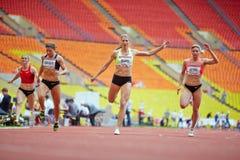 Final de la raza femenina en la arena deportiva magnífica Imagenes de archivo