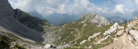 Final del bramido militar del camino la cumbre de la montaña de Mangart en el parque nacional de Triglav en Julian Alps en Eslove Fotografía de archivo