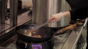 Final del cocinero que fríe diversos productos en restaurante o café de la cocina del wok almacen de video