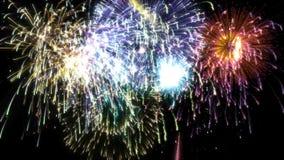 Final magnífico aislado multicolor de colocación de los fuegos artificiales almacen de video
