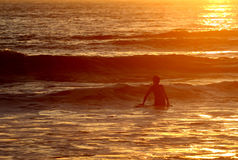 Final que practica surf del día Imágenes de archivo libres de regalías