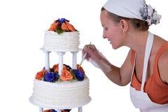 Final som retuscherar den rufsade bröllopstårtan Royaltyfri Foto