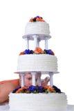 Final som retuscherar den rufsade bröllopstårtan Royaltyfria Foton