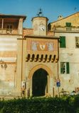 Finalborgo, Testa Лигурии, Италии - апреля 2002 - Porta вход средневековой деревни Finalborgo стоковое фото rf