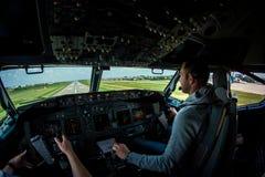 Finale courte de NG de Boeing 737-800 sur l'AÉROPORT INTERNATIONAL de BBU Photo libre de droits
