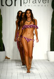 Finale della pista della passeggiata dei modelli in abito di nuotata del progettista durante la sfilata di moda di Tori Praver Sw Fotografie Stock