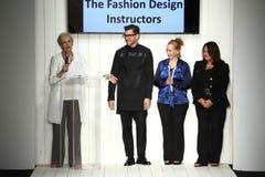 Finale della pista della passeggiata dei modelli e dei progettisti durante la sfilata di moda del Art Institute Fotografie Stock