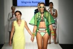 Finale della pista della passeggiata del progettista Virginoie Romier e del modello durante la sfilata di moda del Art Institute Fotografie Stock Libere da Diritti