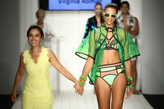Finale della pista della passeggiata del progettista Virginoie Romier e del modello durante la sfilata di moda del Art Institute Immagini Stock