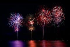 Finale di esposizione del fuoco d'artificio sopra acqua fotografia stock libera da diritti