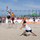 Finales asoleados de la bola de playa Imagen de archivo