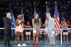 Finalist Madison Keys R und US Open 2017 verfechten Sloane Stephens während der Trophäendarstellung nach Frauen ` s Endspiel lizenzfreie stockbilder