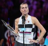 Finalista 2019 de Abierto de Australia Petra Kvitova de la República Checa durante ceremonia de presentación del trofeo despué imagen de archivo libre de regalías