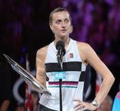 Finalista 2019 de Abierto de Australia Petra Kvitova de la República Checa durante ceremonia de presentación del trofeo despué imagenes de archivo