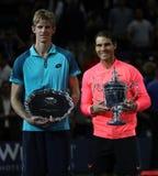 Finalisten Kevin Andersen av Sydafrika L och US Open 2017 kämpar för Rafael Nadal av Spanien under trofépresentation Royaltyfri Bild