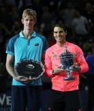 Finalisten Kevin Andersen av Sydafrika L och US Open 2017 kämpar för Rafael Nadal av Spanien under trofépresentation Royaltyfria Foton