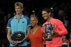 Finalisten Kevin Andersen av Sydafrika L, USTA-presidenten Katrina Adams och US Open 2017 kämpar för Rafael Nadal av Spanien Royaltyfri Fotografi