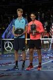 Finalisten Kevin Andersen av Sydafrika och US Open 2017 kämpar för Rafael Nadal av Spanien under trofépresentation Royaltyfria Bilder
